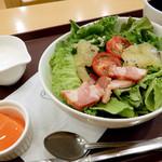 ベーカリーカフェ デリーナ - ゴールデンキウイのパワーサラダ