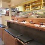 豚とん 茶茶ちゃ - お店はカウンターとテーブル席というオーソドックスな造り、入口ではラードを使って揚げられるトンカツを目の前で眺める事が出来ます。