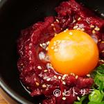にく楽家 鐵牛 - ヘルシーな馬肉に卵黄でコクアップ『桜ユッケ』