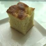 ヴィーノ アンド リストランテ コネッサ - プランツォ(1,500円 税込)のパンはフォカッチャ。でも、小さっ^_^;