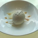 ヴィーノ アンド リストランテ コネッサ - デザートのアイス 下のソースはカラメルでビターな味わい!