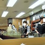 自家焙煎珈琲工房 カフェ バーンホーフ - 抽出に忙しいスタッフ