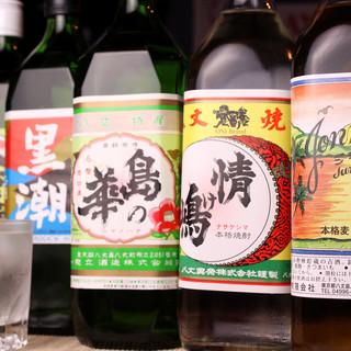 個性豊かな八丈焼酎を味わう。島酒は一口ごとにじんわり沁みる。