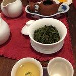 88692984 - 蓋碗で淹れます。茶碗に注ぐ時はとても熱いので注意。