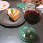 サロカフェ - ホワイトチョコとカシューナッツのチーズケーキ(620円)、グラスワイン赤・ケープハイツ(580円)