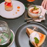 サロカフェ - 1番上から時計回りに インスタ映えのグレープフルーツのタルト(750円)、ほうじ茶プリン(580円)、ホワイトチョコとカシューナッツのチーズケーキ(620円)