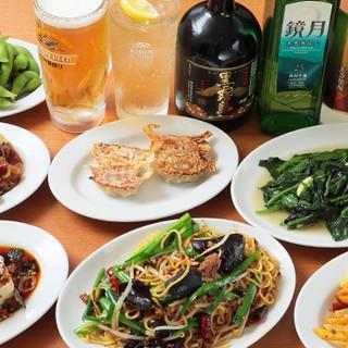 テーブル一杯にならんだ料理をみんなでワイワイ!宴会大歓迎です