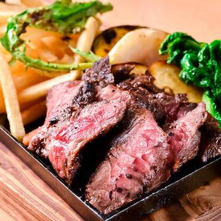 お酒に合う一品料理も豊富☆炭火で焼くステーキが大人気