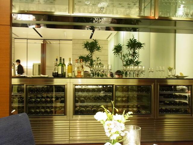 代官山ASO チェレステ 日本橋店 - 半個室からみた店内とワインセラー