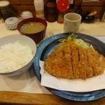 88711418 - 上ロースかつ定食(1550円)、とん汁