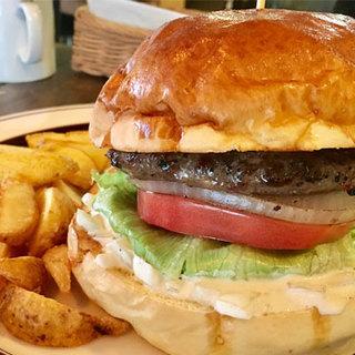 ボリューム満点!ジューシーで肉汁たっぷりの絶品ハンバーガー