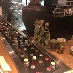 すこぶる名古屋 - 1階カウンター席。 昭和っぽい瓶のドリンクが沢山!