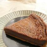 くまのみ堂焼菓子店 - ほうじ茶風味の焼きチョコタルト。おいしいミルクチョコレートに負けず、ほうじ茶の香ばしいかおりがお口に広がります。濃厚さから考えると、もう少しサイズが小さくてもいいかも。