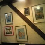ル・マルカッサン - 店内の壁に飾られた絵画