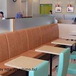 カフェ ベローチェ - 入口近くのテーブル席