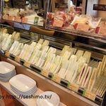カフェ ベローチェ - レジ近くのサンドイッチ棚