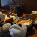 うさぎとぼく - 今日も阿倍野の人気カフェ『うさぎとぼく』で おやつをいただくボキら。ケーキセットを注文したよ。 ボキはニューヨークチーズケーキとアイスコーヒー。 ちびつぬはキャロットケーキとカフェラテ。