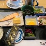 88746752 - 鮭定食、ひじき小鉢、納豆、生卵、紅茶