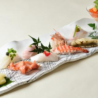 """季節を飾った""""化粧寿司""""。器の上に美しく盛り付けて提供"""