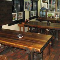 ステーキハウス リベラ - 広々としたテーブル席です。店内にはレスラーの写真がいっぱい!