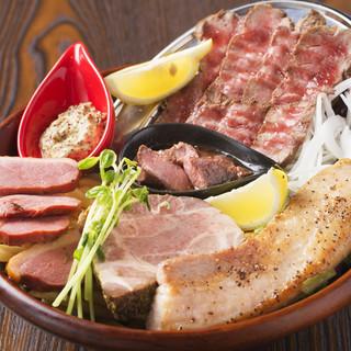 味わい深い燻製肉盛り合わせ。