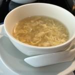 華都飯店 - ◆玉子ベースのスープは適度に濃厚でいい味わい。