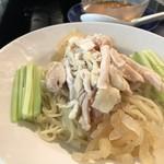 華都飯店 - ◆棒鶏々冷麺・・蒸し鶏・胡瓜・クラゲなどが盛られ、麺は細麺で通常の半量。
