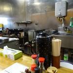 大黒屋 - カウンターから厨房
