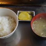 喰い処 鮭番屋 - ご飯、味噌汁