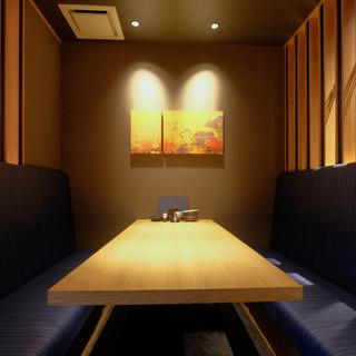 デザイナーが手掛けた洗練された空間◆半個室席が人気
