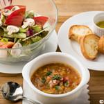 E・A・T GRILL&BAR - ランチタイム本日のスープと大きなサラダ