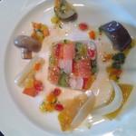 シェ・ケン - 料理写真:サーモン 帆立貝 カニ 季節の野菜のゼリー寄せ