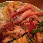 88785305 - サワーポメロのスパイシーサラダ、甘い生海老、身の締まったガイヤーン(スパイシーグリルチキン)、鶏肉と季節野菜の挽き立て黒胡椒炒め