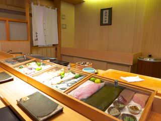 伊勢鮨 - 美しく整頓されたカウンター。昆布を被せ、ネタを乾燥から守る。マグロ断面の美しさにも注目