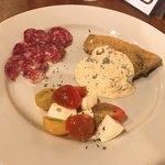 オリエントスパゲティ - 農園トマトとモッツァレラのマリネ、メカジキのフリット、伊産トリュフ入りサラミ
