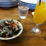 ペリカン - ランチのサラダとオレンジジュース