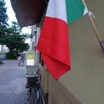 カデルムーロ - 国旗が迎える