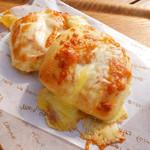麦音  - 料理写真:一番人気商品とろ~りチーズパン。ブレンドした十勝産チーズをたっぷり使用しています。是非焼き立てをお召し上がりください。