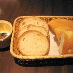 ピアット - パン:フランスパンとフォカッチャ+粉チーズ