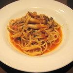ピアット - パスタ:カニ身と木の子のトマトソース(たまごの生麺)