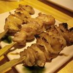 あかね家 - 1500円コースの串焼き塩3本(もも・かわ・ぼんじり) モモは食感がとても良い感じで鶏の美味しさ満点です。皮も程よい脂が良い感じです。♪