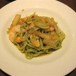 ピアット - パスタ:えびと白菜のペペロンチーノ(ホウレン草の生麺)