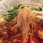 88812596 - 麺はアレですが、                       スープは熱くて辛くて葱たっぷりで美味しいです。