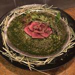 エンボカ京都 - ●牛肉の叩き エンボカ風 ハーフ1000円 (健康に育った岩手県産短角を、干し草でさっと燻します。赤身肉の旨味とスモーキーな香りをハーブと共に。)