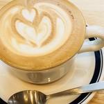 パンとエスプレッソと 南森町交差点 - ホットのカフェラテ。たっぷり入ってあり、ラテアートがきれい。