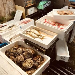 市場から仕入れた新鮮な日替わり鮮魚!