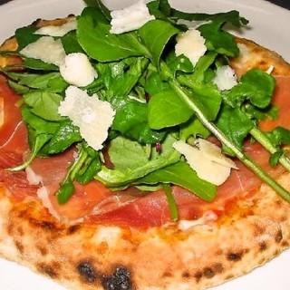 本格石窯で1枚1枚丁寧に焼き上げるピザは自慢の一品