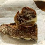 パンやきどころ RIKI - クルミ入りの生地にラムレーズンミルクをサンド!