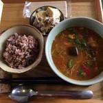 マイ アン - 料理写真:一汁一菜(黒富士農場放牧鶏と野菜たっぷりスープカレー、豚肉と厚揚げとえのきの甘糀炒め)