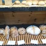 薪窯天然酵母パン工房 オ フルニル デュ ボワ - ハード系パンが並んでます~♪
